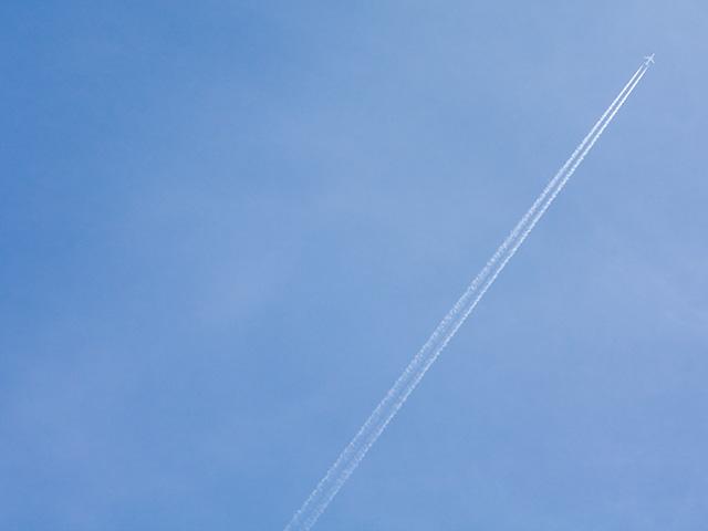 飛行機雲(ひこうきぐも)の写真(フリー素材)