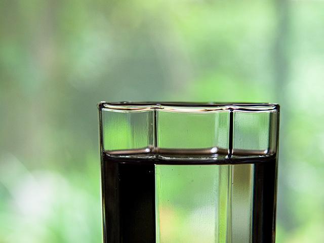 コップの水の写真(フリー素材)