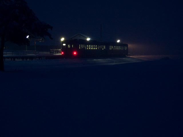 大糸線キハ52と雪の夜の写真(フリー素材)