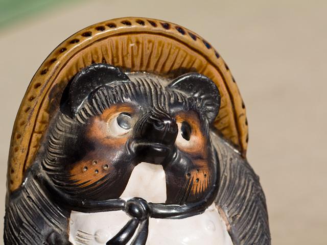 狸(たぬき)の置物の写真(フリー素材)