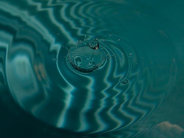 水面の雫(しずく)の写真(フリー素材)